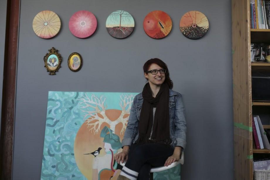 La peintre Élizabeth Brouillard est assise sous des toiles représentant des yeux d'animaux vus en gros plan. La nature passionne cette ancienne designer graphique. | 5 mai 2014