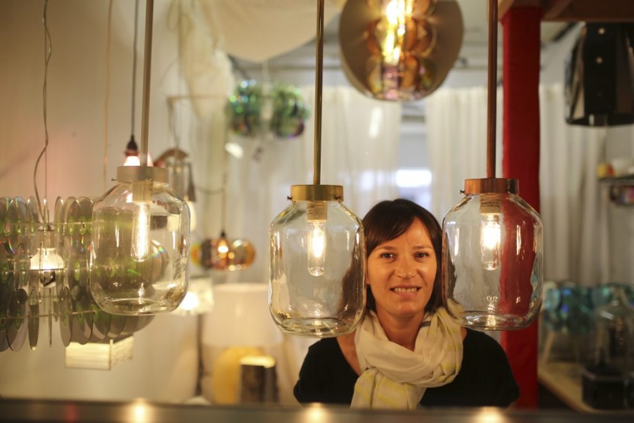 La lampiste Véronique Lamarre récupère boîtiers de CD, pièces de bicyclette et verres fumés pour créer des lampes fort originales. | 5 mai 2014