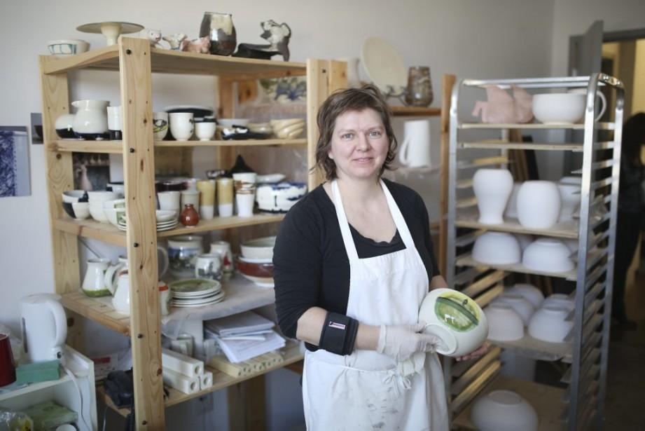 Dans son atelier Les 100 dessins, la céramiste Maryse Frappier a créé une série de pièces fort originales inspirées du chef-d'oeuvre d'Édouard Manet «Le déjeuner sur l'herbe». | 5 mai 2014