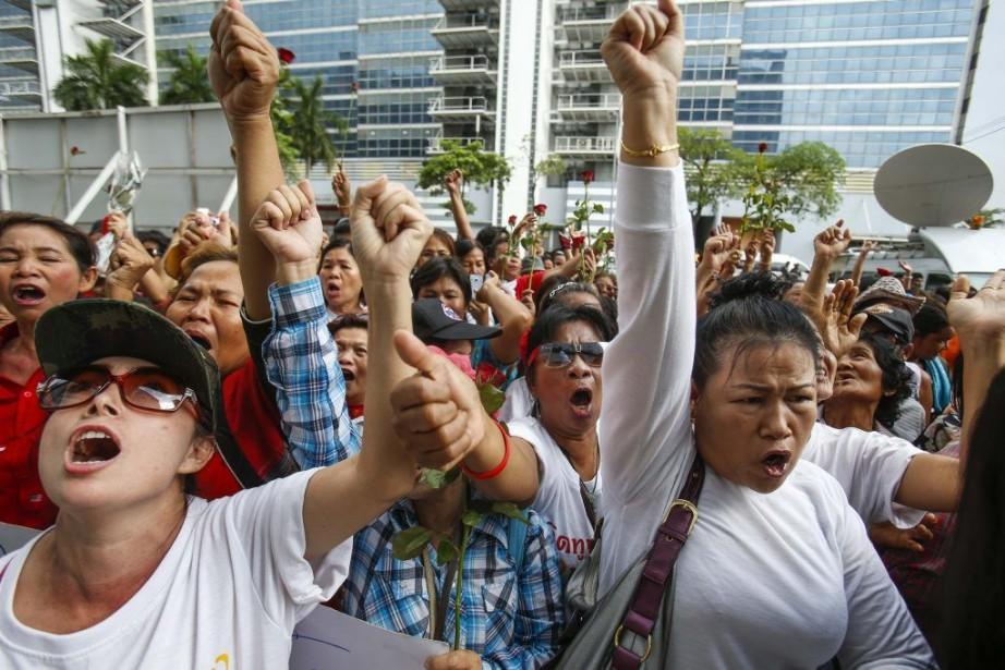 Des partisans de la première ministre limogée Yingluck... (Photo ATHIT PERAWONGMETHA, Reuters)