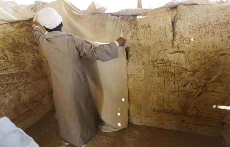 À l'intérieur, des bas-reliefs dont les couleurs rouge, bleue ou jaune sont quasi-intactes, représentent le tribunal de l'au-delà présidé par Osiris, dieu funéraire et juge des âmes dans l'Égypte pharaonique, la femme de Paser pleurant le défunt et ce dernier et ses fils présentant des offrandes aux dieux. (Associated Press)