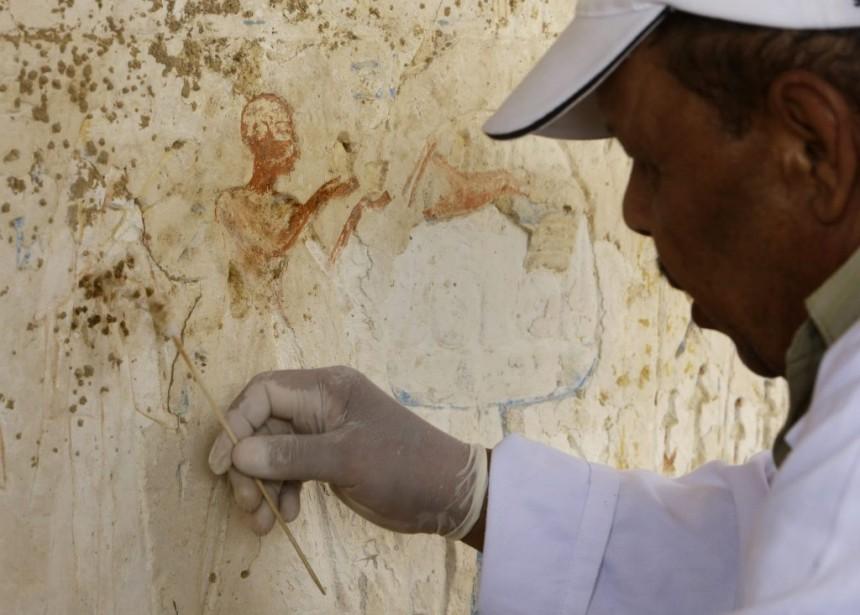 Dès le XIXème siècle, des archéologues avaient découvert des piliers et des bas-reliefs prouvant l'existence de cette sépulture, désormais exposés dans des musées aux États-Unis, aux Pays-Bas et en Allemagne, mais la tombe en elle-même n'a été mise au jour qu'il y a trois ans, selon Mme Aguizy. (Associated Press)