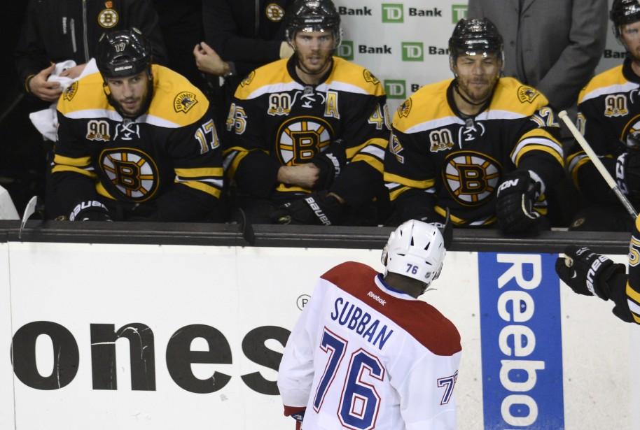 P.K. Subban nargue les joueurs des Bruins en passant devant leur banc. ()