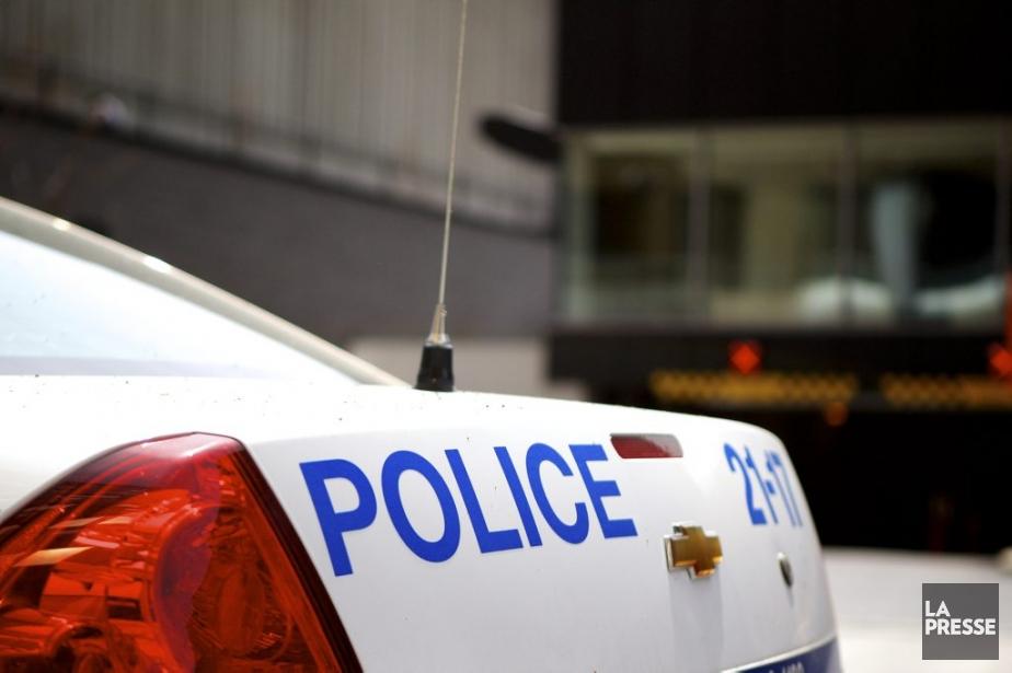 Un policier du Service de police de... (PHOTO SARAH MONGEAU-BIRKETT, LA PRESSE)