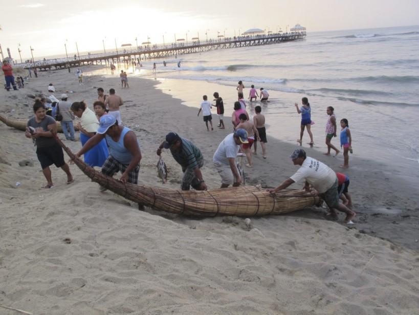 Chaque matin, à l'aube, des pêcheurs prennent place sur ces petits bateaux et ramènent chaque soir une abondance de poissons dans leurs filets. (Photo Nathaëlle Morissette, La Presse)