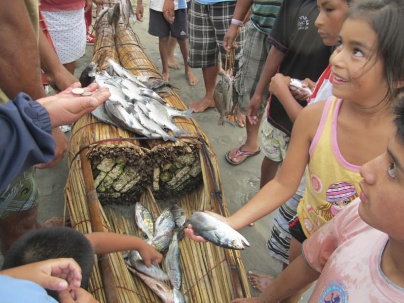 Lorsque les pêcheurs arrivent sur la plage, les habitants et les restaurateurs se précipitent pour acheter du poisson frais. (Photo Nathaëlle Morissette, La Presse)