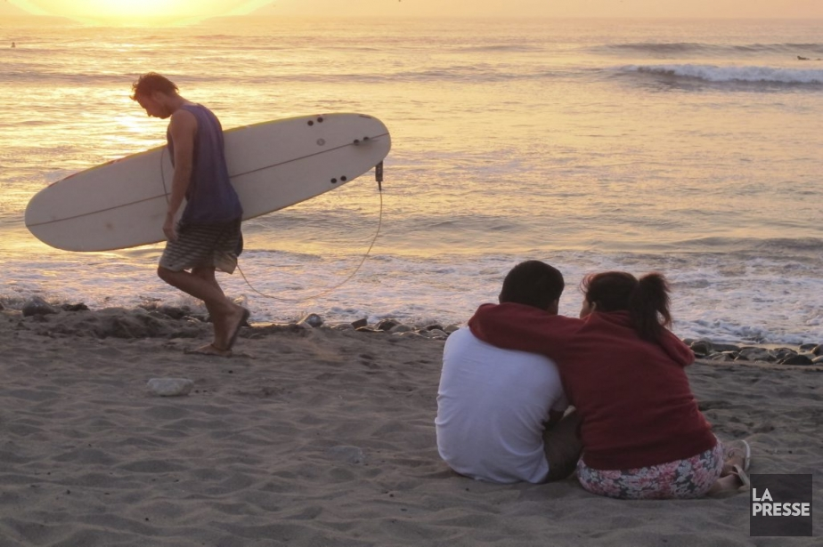 En raison des fortes vagues, la plage de Huanchaco est le paradis des surfeurs. (Photo Nathaëlle Morissette, La Presse)