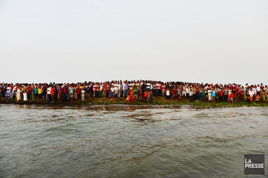 Des centaines de proches des passagers, rongés par... (PHOTO AFP)