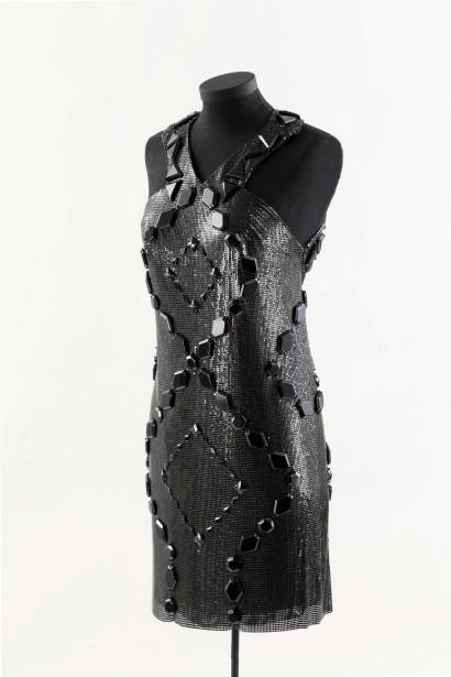 L'exposition présente la robe Versace et les chaussures style gladiateur d'Azzedine Alaïa que Céline a portées sur les plaines d'Abraham en 2008. «La matière de la robe est une cotte de maille de métal, dit la styliste de Céline, Annie Horth. Elle moule [le corps] de façon très sensuelle et tombe parfaitement bien, compte tenu de sa lourdeur. Je voulais ainsi faire ressortir le sex-appeal de Céline. (Photo fournie par le musée McCord)