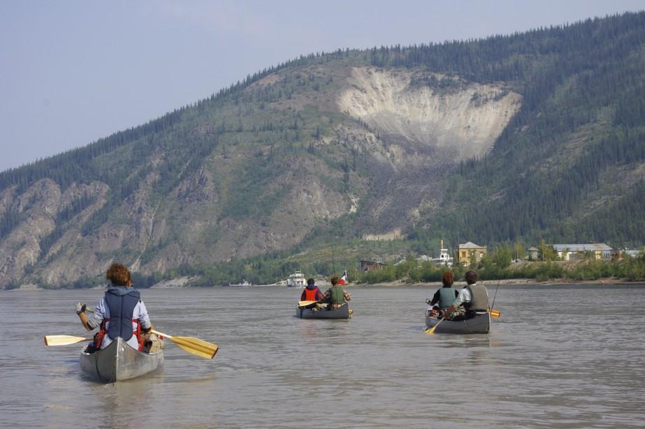 La vue de Moosehide Slide, la marque laissée par un glissement de terrain dans la montagne surplombant Dawson City, annonce au canoteurs l'arrivée prochaine dans la capitale du Klondike. (Photo Marie Tison, La Presse)