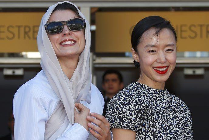 Les actrices Leila Hatami et Jeon Do-Yeon prennent... (Photo: Reuters)