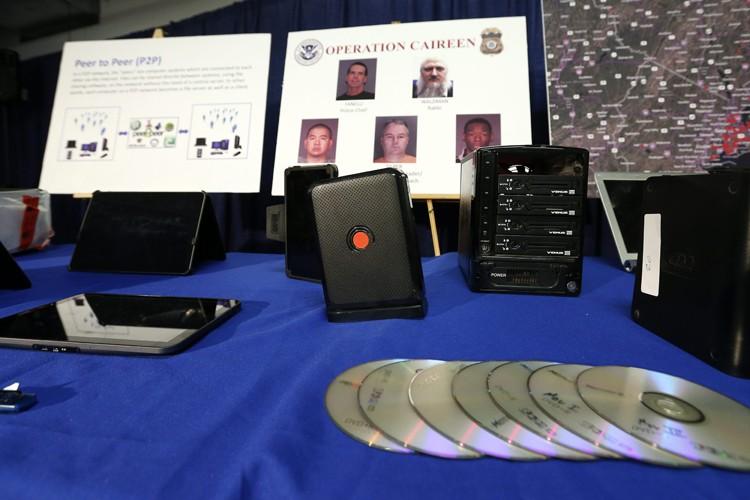 Les enquêteurs ont saisi lors de 87 perquisitions... (Photo: AP)