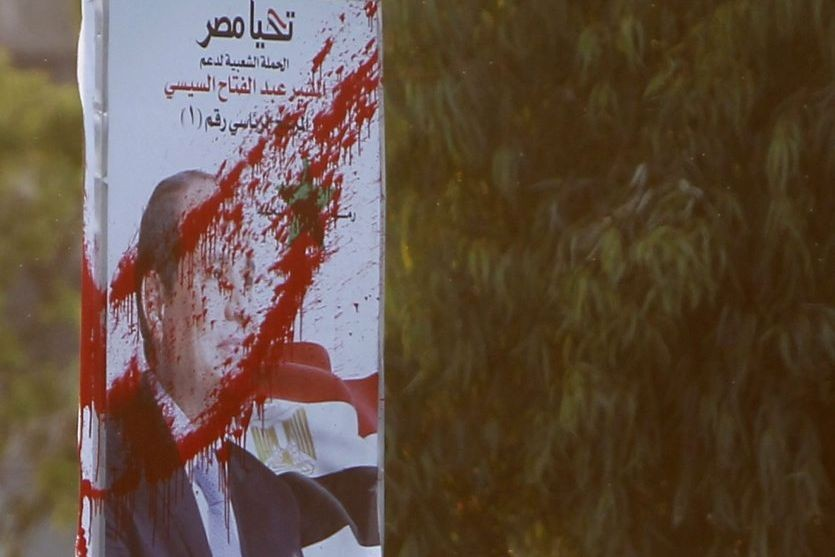 Une affiche électorale vandalisée del'ex-chef de l'armée et... (PHOTO MOHAMED ABD EL GHANY, REUTERS)