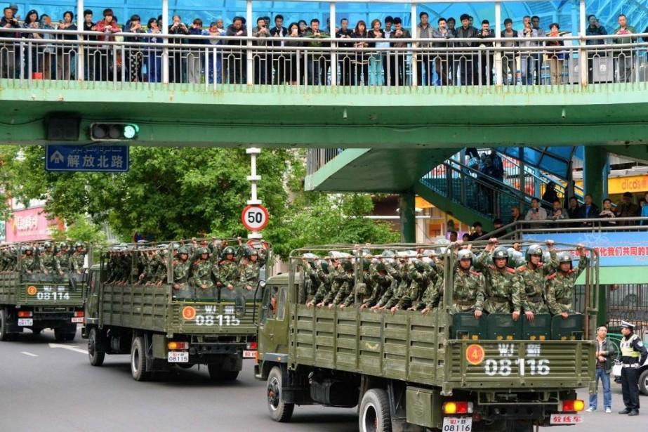Des membres des forces paramilitaires ont sillonné vendredi... (PHOTO KYODO, REUTERS)