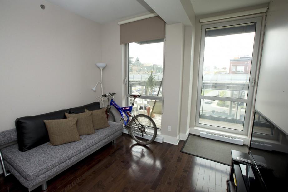 Puisque le propriétaire habite seul, il a transformé la deuxième chambre en une pièce polyvalente qui fait autant petit salon que chambre d´ami. On a accès à un balcon, couvert celui-là, puisqu´il est situé sous celui de l´étage supérieur. (Photo Alain Roberge, La Presse)