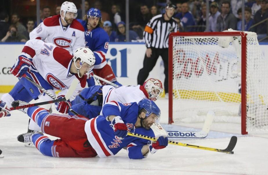 Martin St. Louis parvient à contrôler la rondelle dans une position peu commode. (archives Reuters)