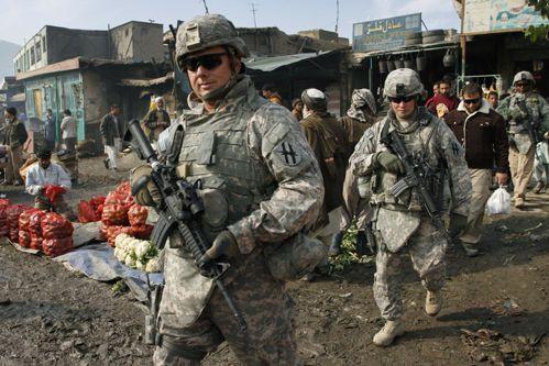 Des soldats américains patrouillant à Kaboul.... (Photo archives AP)