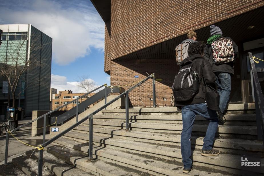 Des étudiants à une entrée de l'UQAM.... (Photo Olivier PontBriand, archives La Presse)