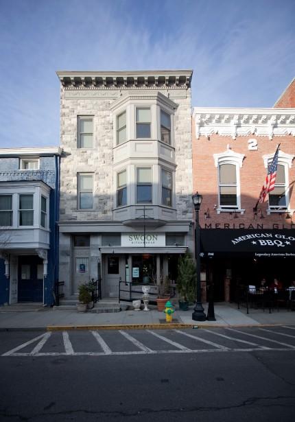 Sur la route, un arrêt dans la petite ville de Hudson permet aux voyageurs de profiter d'un vaste choix de restaurants. (Photo Marco Campanozzi, Archives La Presse)