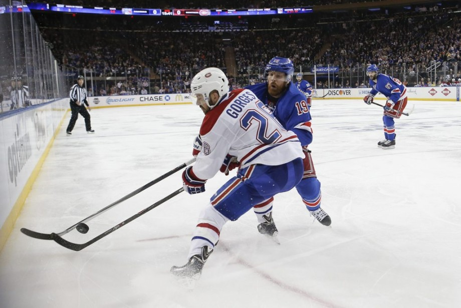 Josh Gorges à la lutte avec Brad Richards. (Photo AP)