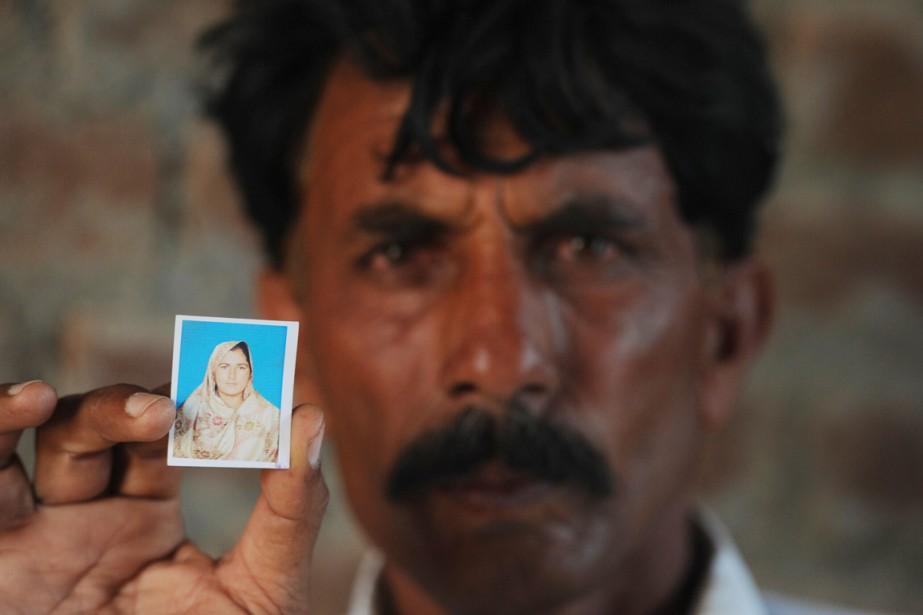 Le veuf de Farzana Parveen, Mohammad Iqbal, montre... (PHOTO AAMIR QURESHI, AFP)