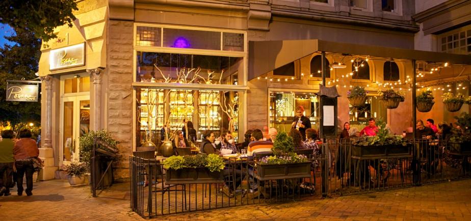 Le Posana Café, avec sa grande terrasse, est un agréable endroit où bruncher le matin... et prendre un verre le soir. (PHOTO FOURNIE PAR LE POSANA CAFÉ)