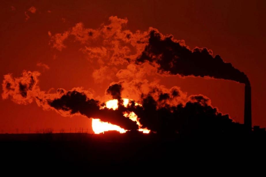 Les centrales électriques génèrent environ un tiers de... (PHOTO CHARLIE RIEDEL, ARCHIVES AP)