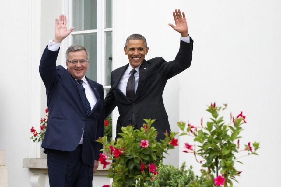 Les présidents polonais Bronislaw Komorowski (à gauche) et... (PHOTO PIOTR MOLECKI, REUTERS)