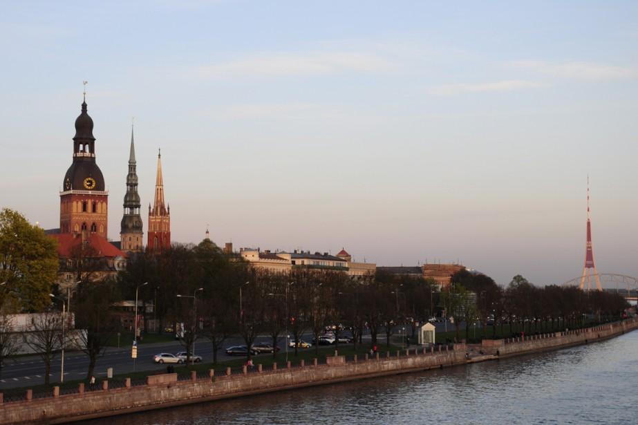 Les clochers de la vieille ville accueillent les visiteurs qui arrivent au pont Vansu. (Photo Stéphanie Morin, La Presse)