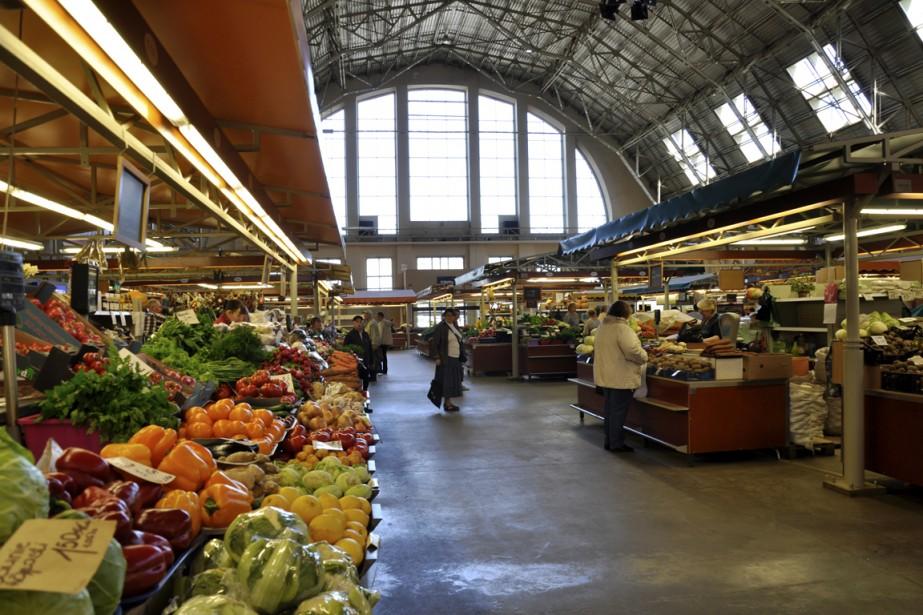 Le marché central, installé dans d'anciens hangars à zeppelin. (Photo Stéphanie Morin, La Presse)