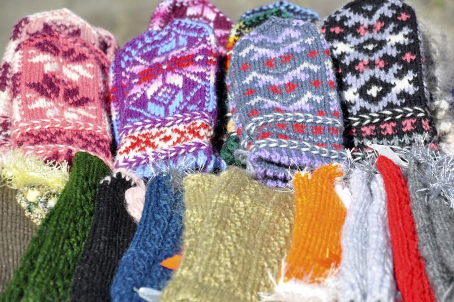 Mitaines tricotées à la main et vendues au marché. (Photo Stéphanie Morin, La Presse)