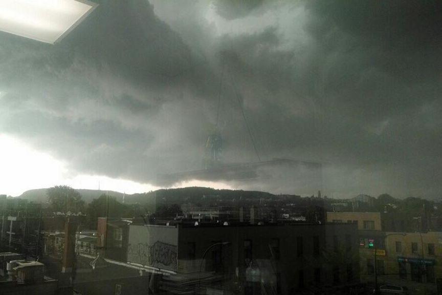Le ciel au-dessus de Montréal vers 14h30.... (Photo tirée de Twitter/Marie-Claude Hamelin)