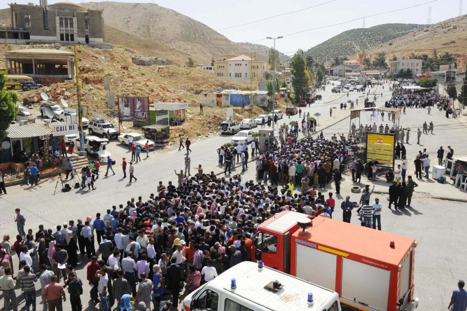 Des Syriens ont attendu au poste-frontière de Masnaa,... (PHOTO HASSAN ABDALLAH, REUTERS)