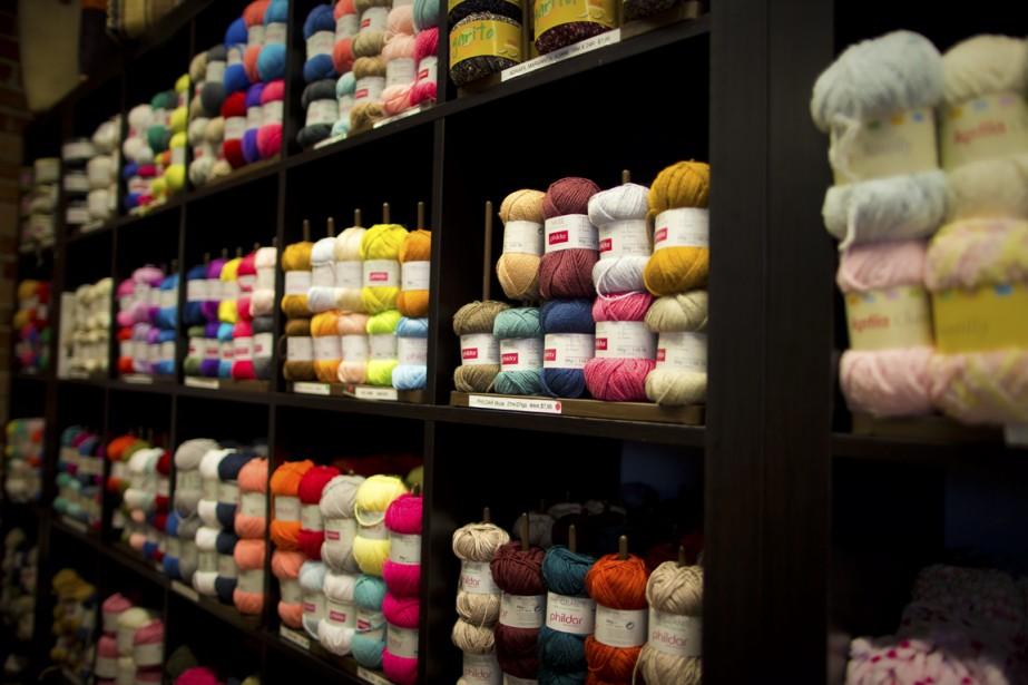 On trouve tout ce qu'il faut, et de toutes les couleurs, pour tricoter chez Amitié et passion. (Photo André PIchette, La Presse)