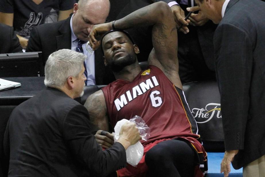 Victime d'une crampe à la jambe gauche et... (Photo Mike Stone, Reuters)