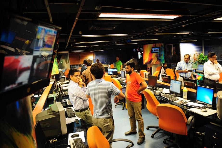 Desjournalistes réunis vendredi dans la salle de rédaction... (PHOTO ASIF HASSAN, AFP)