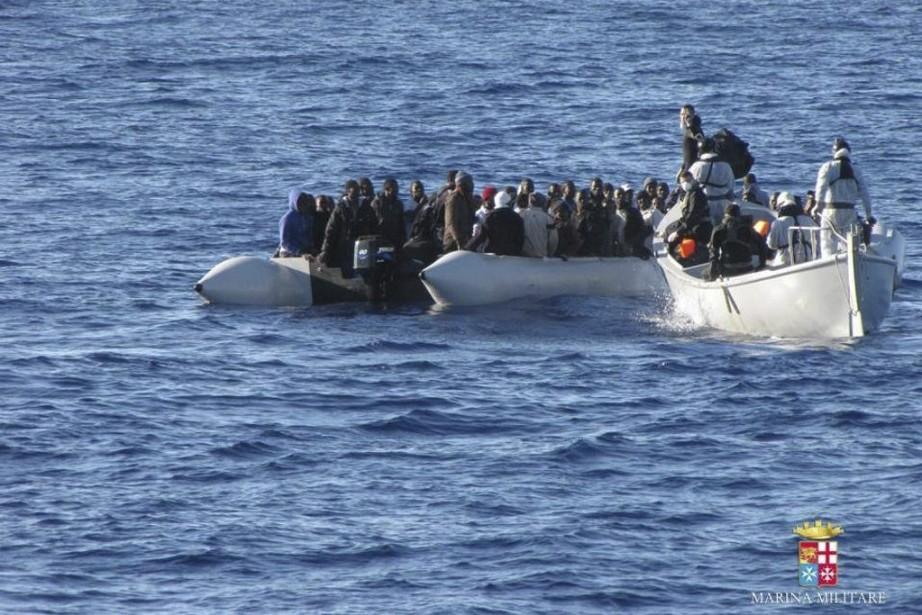 Desmigrants sont arrêtés par la marine italienne au... (PHOTO FOURNIE PAR LA MARINE ITALIENNE/AFP)