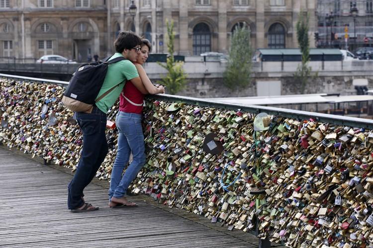 Le Pont des Arts est connu du monde... (PHOTO ARCHIVES AFP)