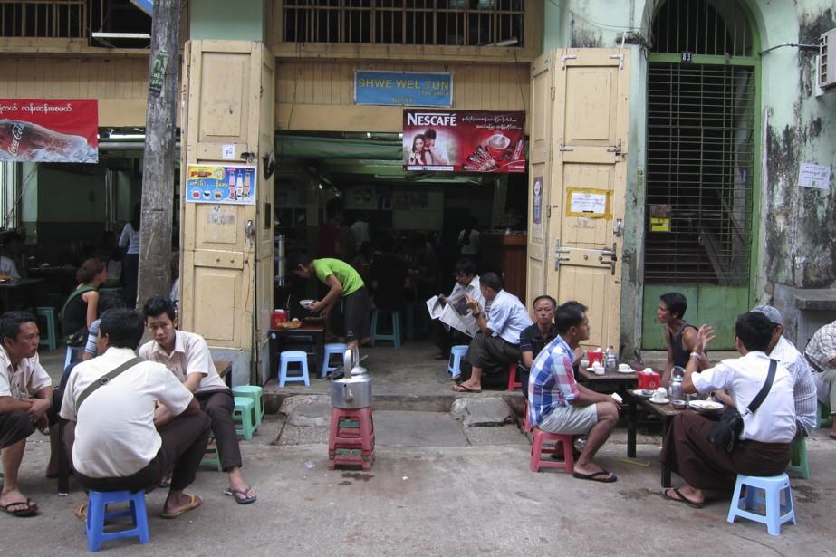 Les maisons de thés sont de véritables institutions birmanes où il fait bon regarder la vie qui passe. (Photo Rodolphe Lasnes, collaboration spéciale)