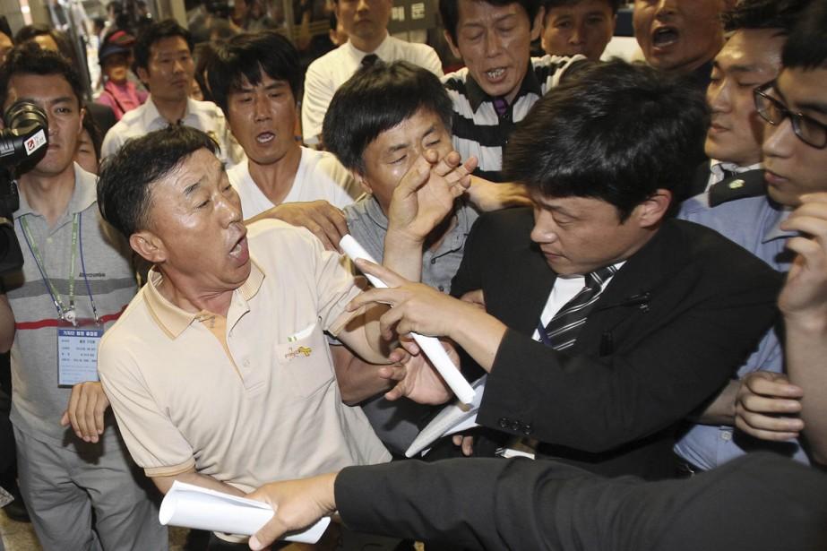 Des membres des familles des victimes du Sewol... (PHOTO AHN YOUNG-JOON, REUTERS)