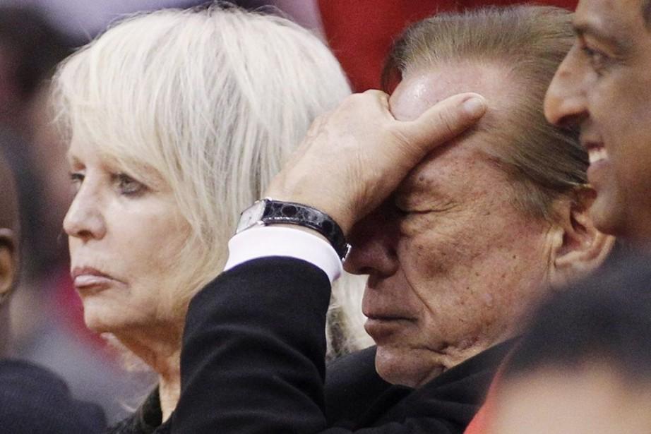 Shelly Sterling(à gauche), aux côtés de son époux,... (PHOTO DANNY MOLOSHOK, ARCHIVES REUTERS)
