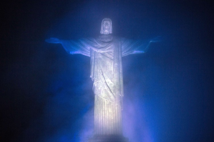 Mercredi soir, le Christ Rédempteur, qui veille sur... (Photo: AFP)