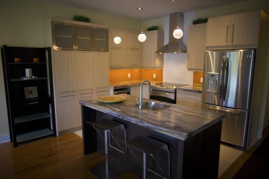 Dans la cuisine, dotée d'un grand garde-manger, le plan de travail en stratifié imite le granit. (Photo André Pichette, La Presse)