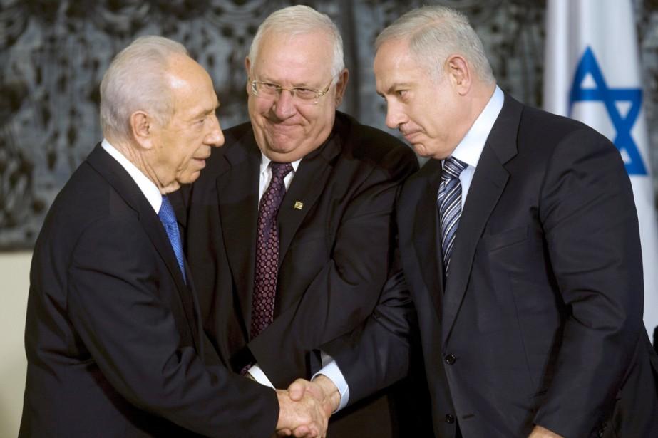 Le président sortant Shimon Peres (à gauche), l'élu... (PHOTO MENAHEM KAHANA, ARCHIVES AFP)