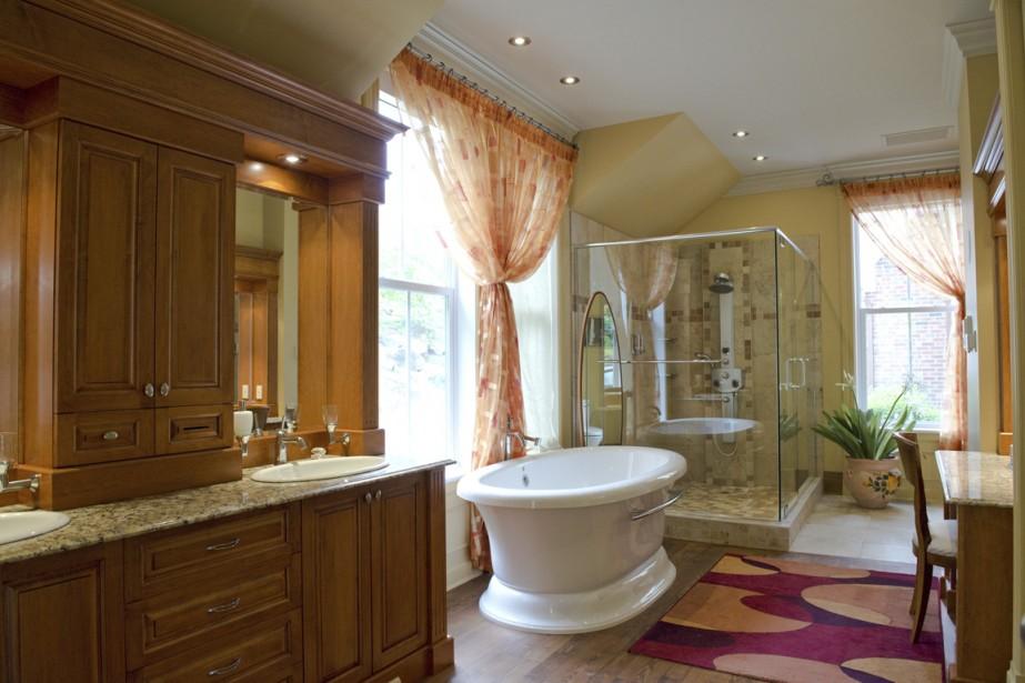 Malicieusement, le propriétaire fait remarquer que sa douche est aussi grande que la salle de bains au complet de son premier logement. Ici, on ne manque ni d'espace ni de lumière, et madame profite d'une coiffeuse. Côté intimité, rappelons que les voisins sont à des lieues. (Photo STÉPHANIE MANTHA, LA VOIX DE L'EST)
