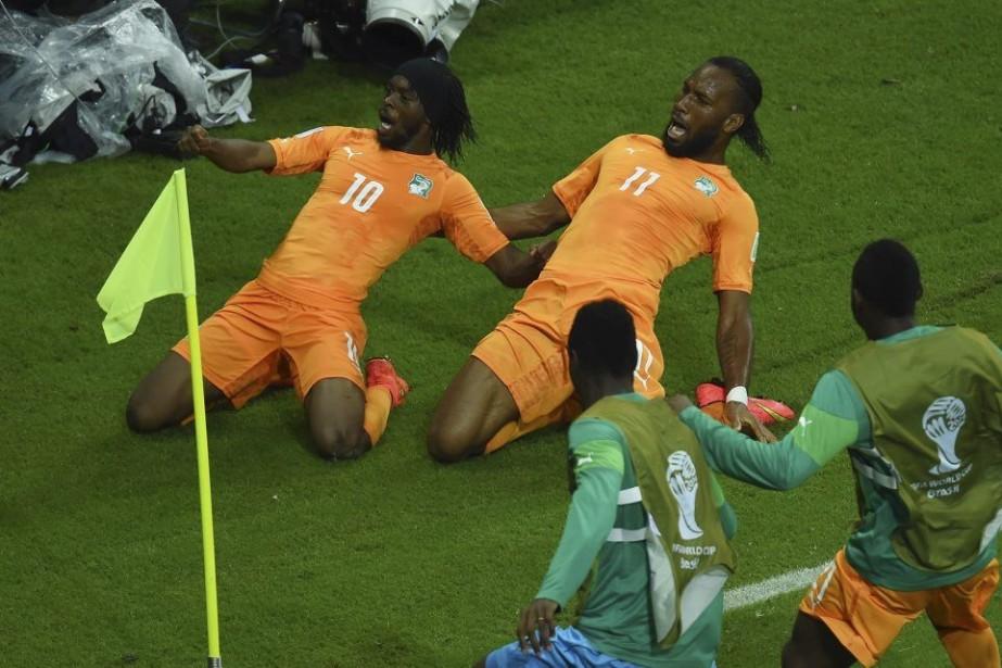 Gervinho, à gauche, célèbre son but avec le... (PHOTO EMMANUEL DUNAND, AFP)