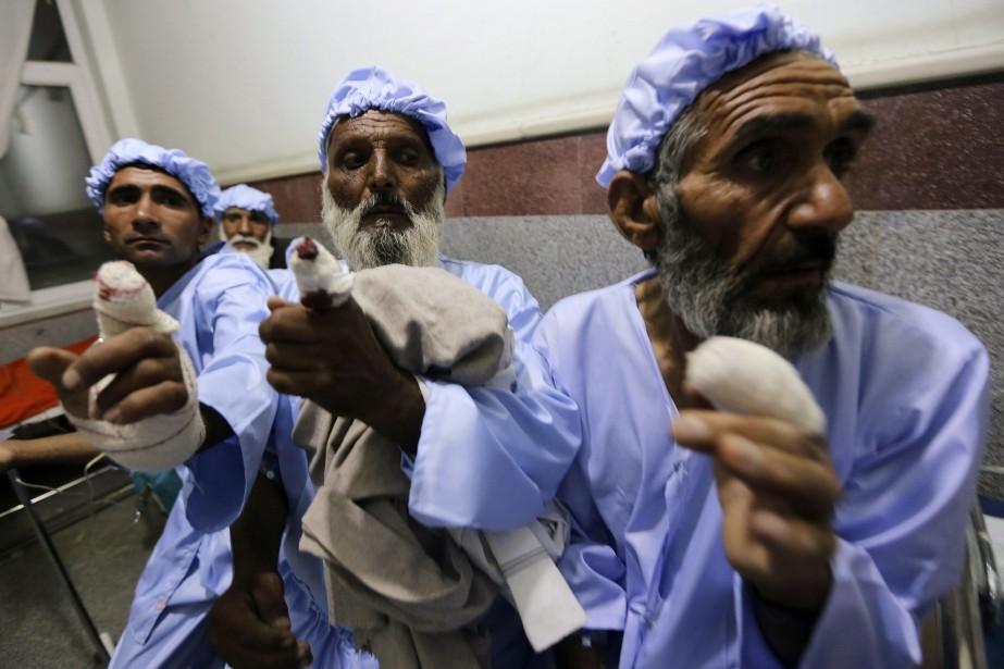 Les rebelles afghans ont coupé les doigts... (Photo MOHAMMAD SHOIB, REUTERS)