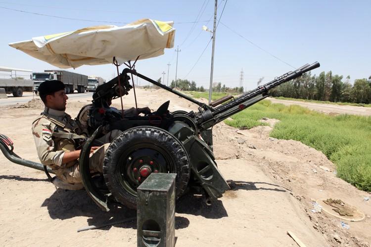 Des soldats irakiens manipulent un canon anti-aérien dans... (Photo: AFP)