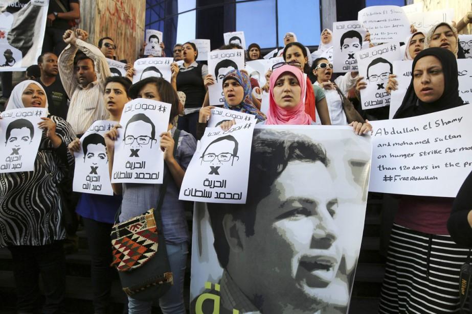 Des militants manifestent leur soutien au journaliste d'Al... (PHOTO MOHAMED ABD EL GHANY, ARCHIVES REUTERS)