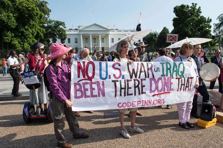 Des militants anti-guerre ont protesté lundi devant la... (Photo: AFP)